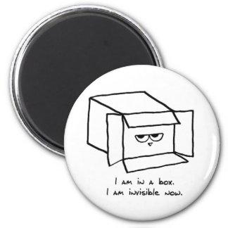 Le chat fâché se cache dans une boîte - aimant