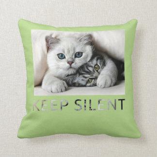 Le chaton de caresse de bébé de chat de mère coussins carrés