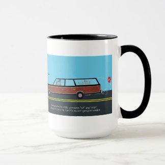 le chien prend la voiture et va épicerie mug