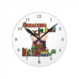 Le chiffre lecture de bâton d'enfants est amusemen horloge ronde