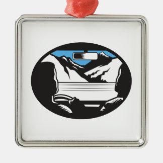 Le conducteur recherchant l'ovale de pare-brise de ornement carré argenté