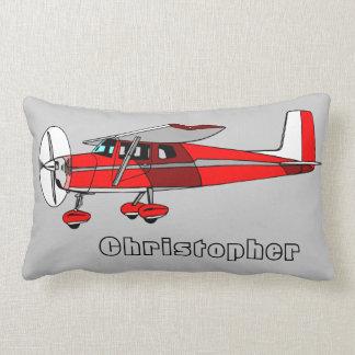 Le coussin du garçon mignon, avion rouge avec le