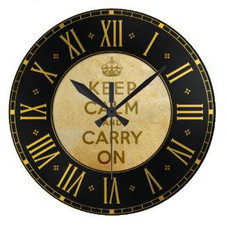 Le cru maintiennent calme et continuent l'horloge grande horloge ronde