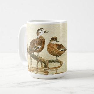 Le cru penche la tasse d'étang d'animaux de faune