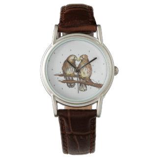 Le faucon Rouge-Coupé la queue colporte la montre