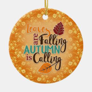 Le feuille d'automne orange est ornement en baisse