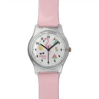 Le flamant rose apprécient la montre de filles