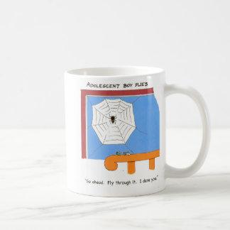 le garçon adolescent vole mug