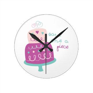 Le gâteau de mariage me sauvent un morceau horloge ronde