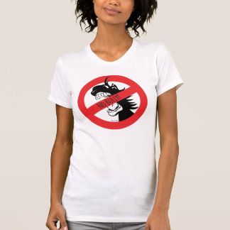Le gland mord le T-shirt de despotes