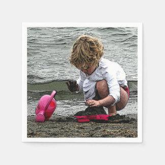 Le jeu d'enfant sur la plage serviette jetable