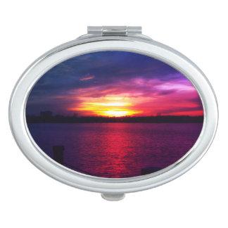 Le miroir compact de coucher du soleil des femmes