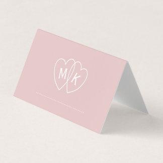 Le monogramme de coeur nuptiale rougissent carte carte de placement