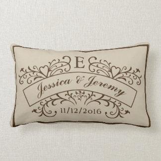 Le monogramme élégant épouse nouvellement le oreiller