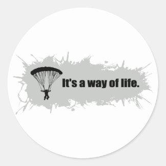 Le parachutage est un mode de vie sticker rond