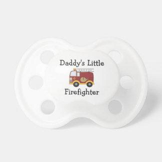 Le petit sapeur-pompier du papa sucette pour bébé