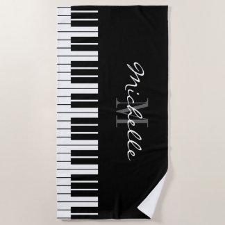 Le piano à queue verrouille la serviette de plage