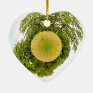 Le pré avec des arbres aiment peu de planète ornement cœur en céramique