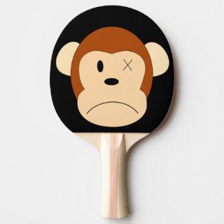 Le singe triste a perdu une palette de ping-pong raquette tennis de table