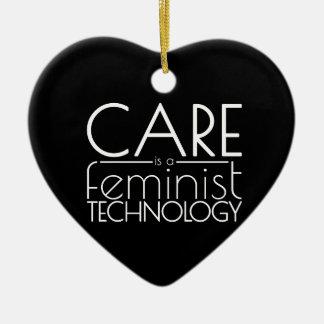Le soin est une technologie féministe ornement cœur en céramique
