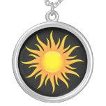 Le soleil flamboyant sur un collier noir d'argent