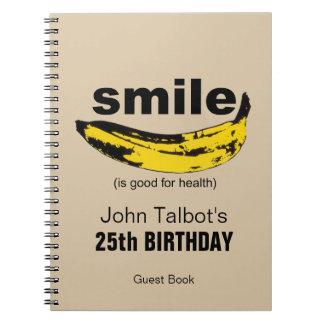 Le sourire est bon pour le 25ème livre d'invité