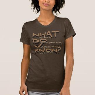 Le T-shirt des femmes brunes de sagesse