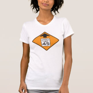 Le T-shirt des femmes de panneau routier de la