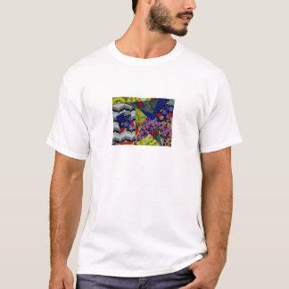 Le T-shirt des hommes avec la conception colorée