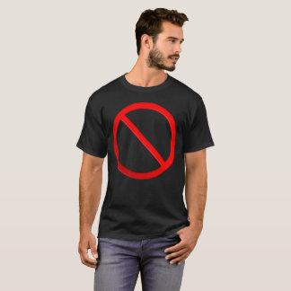 Le T-shirt des hommes non permis de signe
