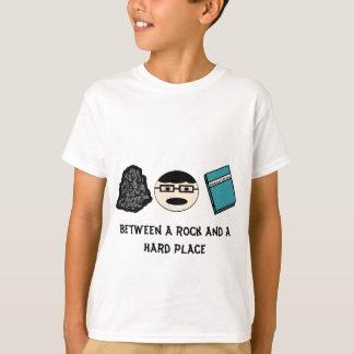 Le T-shirt entre une roche et d'endroit d'une