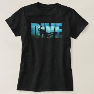 Le T-shirt noir des femmes de plongée à l'air de