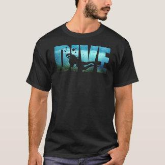 Le T-shirt noir des hommes de plongée à l'air de
