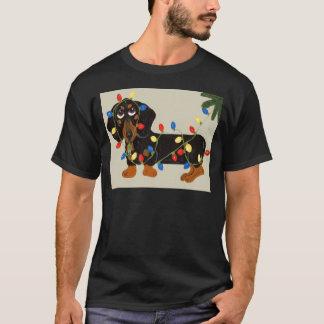 Le teckel a embrouillé dans le noir de lumières de t-shirt