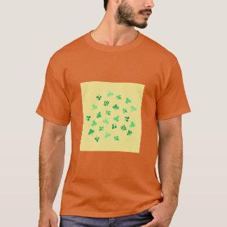 Le trèfle laisse le T-shirt de base des hommes