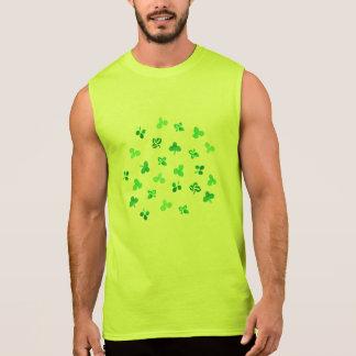 Le trèfle laisse le T-shirt sans manche des hommes