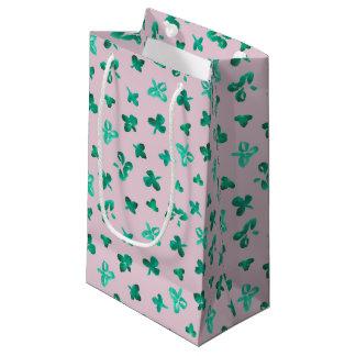 Le trèfle part du petit sac brillant de cadeau