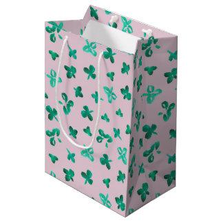 Le trèfle part du sac mat moyen de cadeau