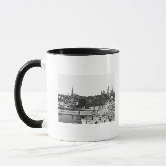 Le vieux pont au-dessus de la canalisation de mug