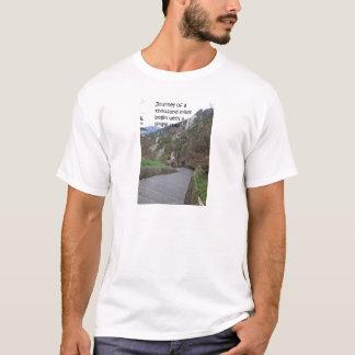 Le voyage de mille milles commencent par le pas à t-shirt
