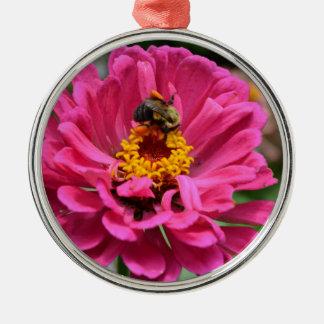 Le Zinnia rose et gaffent l'abeille Ornement Rond Argenté