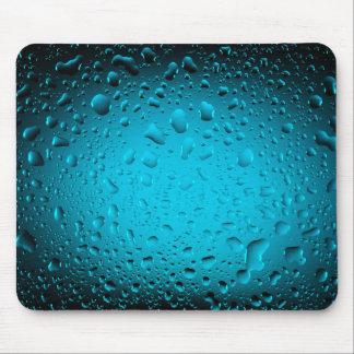 L'eau froide laisse tomber le tapis de souris bleu