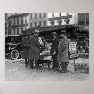 Lecture des nouvelles, 1925. Photo vintage
