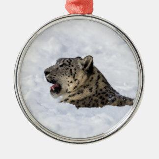 Léopard de neige enterré dans la neige ornement rond argenté