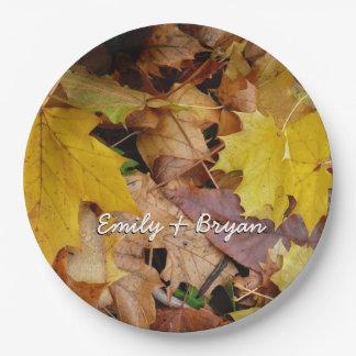 L'érable tombé laisse la nature jaune d'automne assiettes en papier