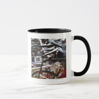 Les bicyclettes sur le support à un triathlon mug