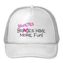 Les brunes ont plus d'amusement casquettes