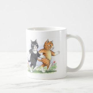 Les chats actionnent la tasse classique de marche