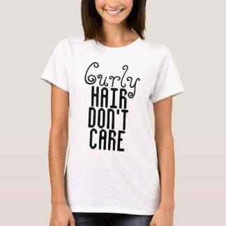 Les cheveux bouclés ne s'inquiètent pas le T-shirt
