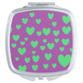 Les coeurs verts ajustent le miroir compact
